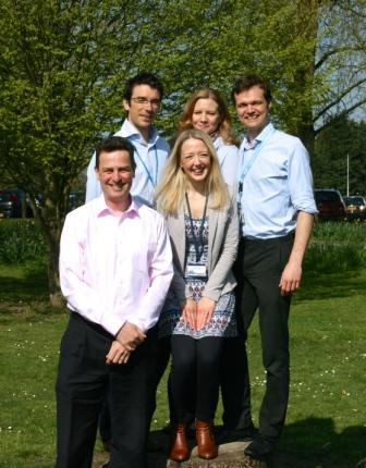 1er rang : Dr Martin Turner avec Dr Liz Gray  Derrière de G à D:  Dr Malcolm Proudfoot, Dr Ricarda Menke and Dr Alex Thompson